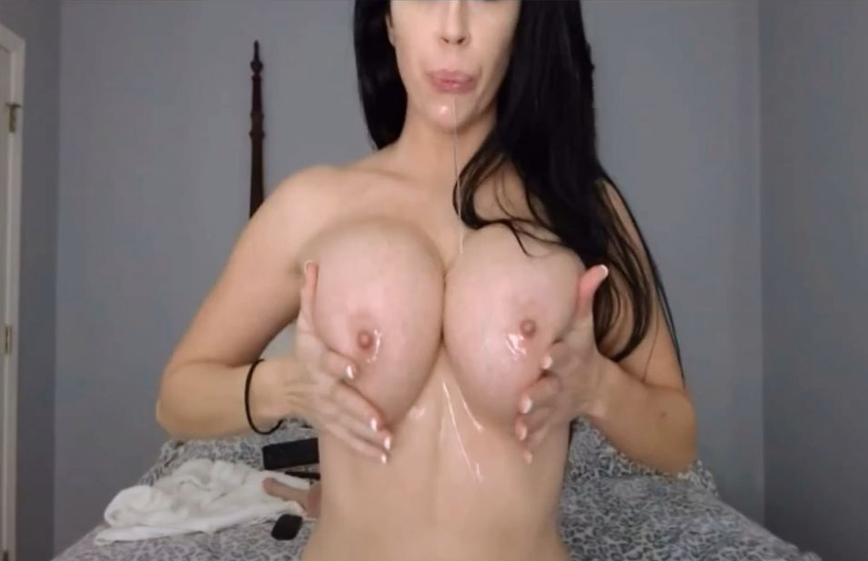 AryanaAugustine Busty Babe Oiled Her Tits Live Show 2